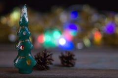 Julträd-stearinljus på bakgrunden av suddiga julljus arkivbilder