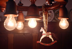 Julträhäst som hängs på lampan Arkivfoton