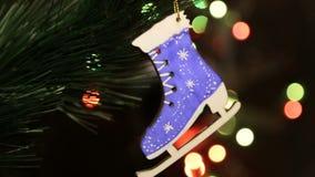 Julträleksak på julgranen Jul Eco Toy Skates arkivfilmer