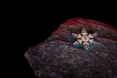 Julträleksakgarneringar på stenen Arkivfoton