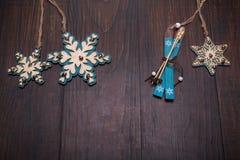 Julträleksakgarneringar på trä Arkivbilder