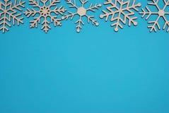 JulträsnöflingaShape garnering som isoleras på blå bakgrund royaltyfria foton