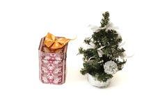 Jultreee och gåva Arkivfoto