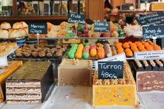 Julturron och sötsaker på skärm i Spanien royaltyfria foton