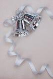 Juluppsättning med klockor och silverbandet Arkivfoton