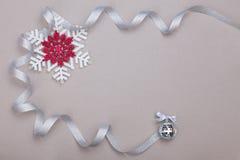 Juluppsättning med snöflingor och silverbandet Royaltyfri Foto