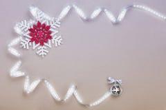 Juluppsättning med snöflingor och silverbandet Royaltyfria Bilder