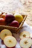 Julvanor - klippa äpplen arkivfoto