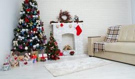 Julvardagsrum med ett julträd och gåvor under det - modern klassisk stil, begrepp för nytt år royaltyfri bild