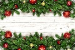 Julvinterbakgrund med granfilialer, snöflinga på trävitt bräde med kopieringsutrymme royaltyfria bilder