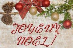 Julvykort för hälsningar Metalliska bokstäver på naturlig träbakgrund Röd, guld- och vit Xmas-tapet arkivbild