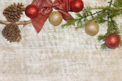 Julvykortram, träbakgrund för tapeten den kort för hälsning röd, guld- och vit Xmas-, arkivfoto