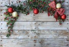 Julvykortram, träbakgrund för tapeten den kort för hälsning röd, guld- och vit Xmas-, arkivbilder