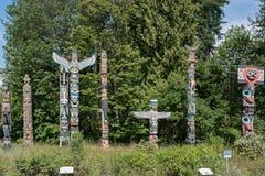 2016-July-17: Totempålar som lokaliseras på Stanley Park Vancouver Brit arkivfoto
