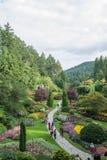 2016-July-16: Turistas que apreciam o summerday no jardim afundado i imagens de stock royalty free