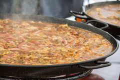 Jumbalaya dans une grande casserole de Paella Photos libres de droits