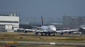 Jumbo de Boeing 747 de lignes aériennes de Lufthansa roulant vers le bas banque de vidéos