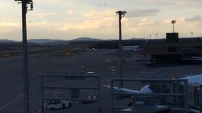Jumbo en la pista de aterrizaje en el Puesta del sol-Zurich-aeropuerto ZRH, Suiza almacen de metraje de vídeo