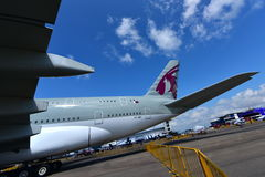 Jumbo estupendo de Qatar Airways Airbus A380 en la exhibición en Singapur Airshow Fotografía de archivo libre de regalías