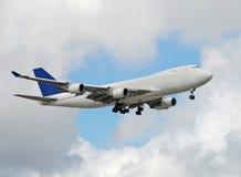 Jumbo-jet che trasporta carico Fotografie Stock