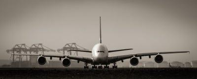 A380 jumbo - stråltrafikflygplan på landningsbana Arkivfoto