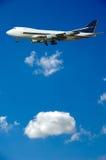 Jumbo vliegtuig en wolken Stock Afbeelding