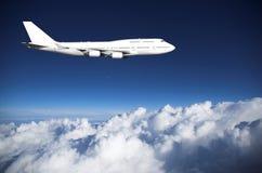 Jumbojet über Wolken Stockfoto