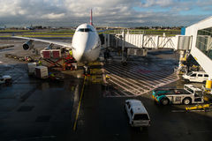 Jumbojet Boeings 747 angekoppelt am Flughafen Stockfotos