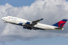 Jumbojet Delta Air Liness Boeing 747, der von internationalem Flughafen Los Angeless sich entfernt lizenzfreies stockfoto