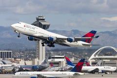 Jumbojet Delta Air Liness Boeing 747, der von internationalem Flughafen Los Angeless sich entfernt lizenzfreie stockbilder