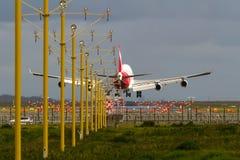 Jumbojetlijnvliegtuig die bij luchthaven landen Stock Afbeelding