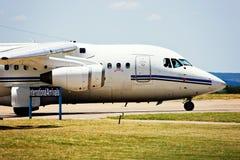 Jumbojettrafikflygplan på landningsbana royaltyfria foton