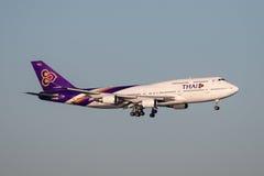 Jumbon för Thai Airways Boeing 747 ` 747-400 - spruta ut ` på inställning för att landa på Sydney Airport Royaltyfri Fotografi