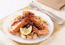 Jumboräkor och grillade tioarmad bläckfisk med svart rice Royaltyfri Fotografi