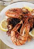 Jumboräkor och grillade tioarmad bläckfisk med svart rice Royaltyfri Foto