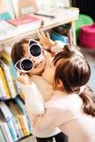 Jumeaux aux cheveux foncés affectueux mignons étreignant et s'embrassant photo libre de droits