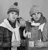 Jumeaux avec les tasses sérieuses de prise de visages Saison et amitié d'automne images libres de droits