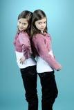 Jumeaux caucasiens posant dans le studio Images stock