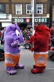 Jumeaux de monstre dans le défilé du père noël Photo libre de droits