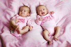 Jumeaux de sourire sur une couverture Image stock