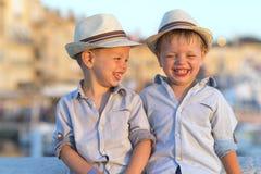 Jumeaux drôles bonnes fêtes Image libre de droits