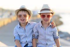 Jumeaux drôles bonnes fêtes Photographie stock libre de droits
