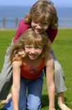 Jumeaux en stationnement de bord de la mer Photographie stock