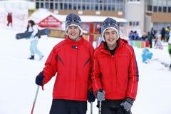 Jumeaux heureux appréciant dans la neige Images libres de droits