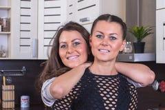 Jumeaux heureux dans la cuisine Image stock