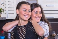 Jumeaux heureux dans la cuisine Photos stock