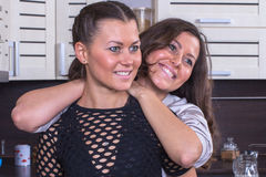 Jumeaux heureux dans la cuisine Photo libre de droits