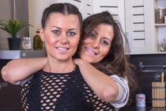 Jumeaux heureux dans la cuisine Images libres de droits
