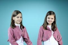 Jumeaux heureux posant dans le studio Image libre de droits