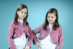 Jumeaux heureux posant dans le studio Photographie stock libre de droits